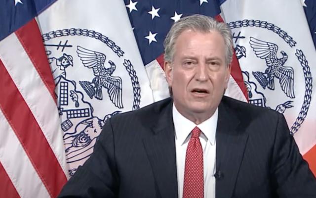 Le maire de New York Bill de Blasio répond à des questions sur la gestion d'un enterrement à Brooklyn, le 29 avril 2020. (Capture d'écran YouTube)