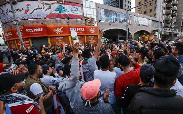 Plusieurs centaines de Libanais manifestent dans la ville de Tripoli, dans le nord du pays, le 17 avril 2020, malgré les mesures de confinement. (Crédit : Ibrahim CHALHOUB / AFP)