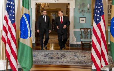 Le ministre des Affaires étrangères brésilien Ernesto Araujo avec Mike Pompeo, le 11 mars 2020. (Crédit : Brazilian Foreign Ministry/ Flickr)