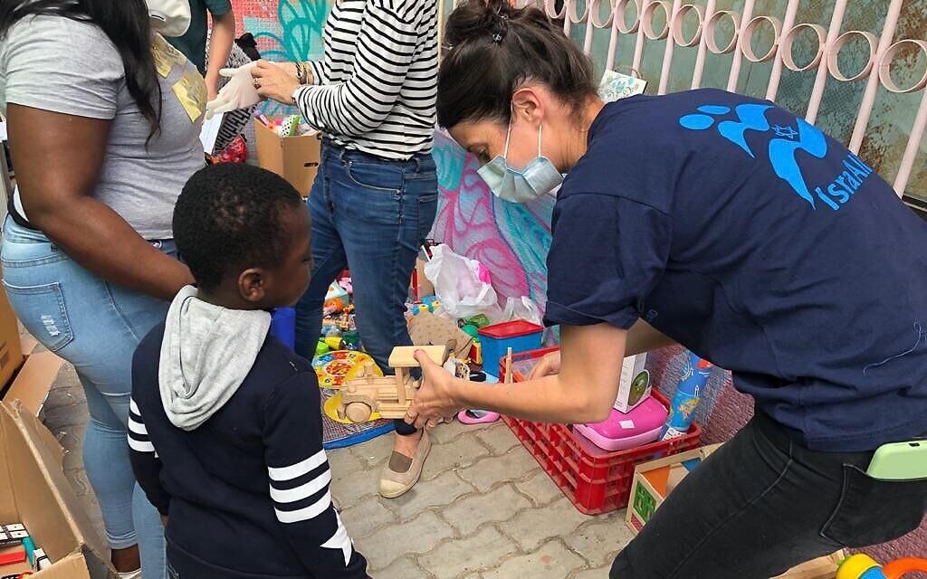 La campagne d'IsraAID à destination de la communauté de demandeurs d'asile et de travailleurs migrants du sud de Tel Aviv, en avril 2020, particulièrement vulnérable face à l'épidémie de coronavirus et aux mesures imposées dans la lutte contre le virus. (Crédit : Molly Bernstein / IsraAID)