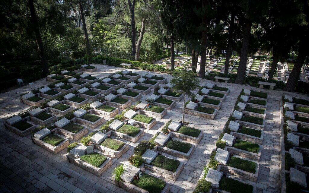 Le cimetière militaire du mont Herzl à Jérusalem, le 22 avril 2020. (Yonatan Sindel / Flash90)