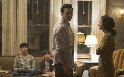 """Morgan Spector, au centre, dans le rôle de  Herman Levin et Zoe Kazan, à droite, dans le rôle de Bess Levin dans la série de HBO """"The Plot Against America."""" (Crédit : Michele K. Short/HBO)"""