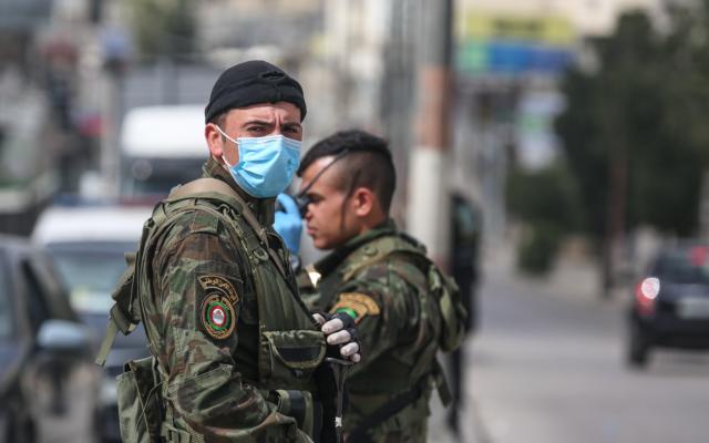 Les membres des forces de sécurité de l'Autorité palestinienne patrouillent dans le village de Beitunia, dans le centre de la Cisjordanie, le 6 avril 2020 (Crédit :  Wafa)