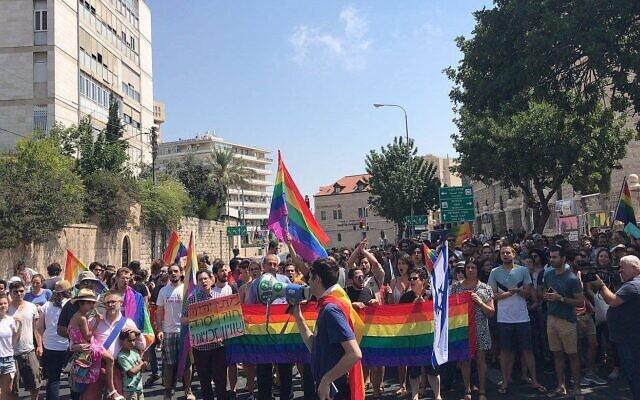 Des manifestants pour les droits LGBT à Jérusalem, le 22 juillet 2018 (Crédit : Page Facebook Aguda)