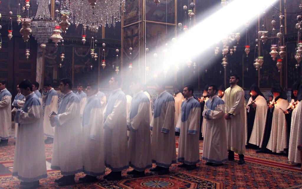 """""""La Ville Sainte"""" amène les visiteurs à l'intérieur de lieux de culte multiples et notamment dans la cathédrale Saint Jean, dans le quartier arménien de Jérusalem (Crédit : Nimrod Shanit/Blimey)"""