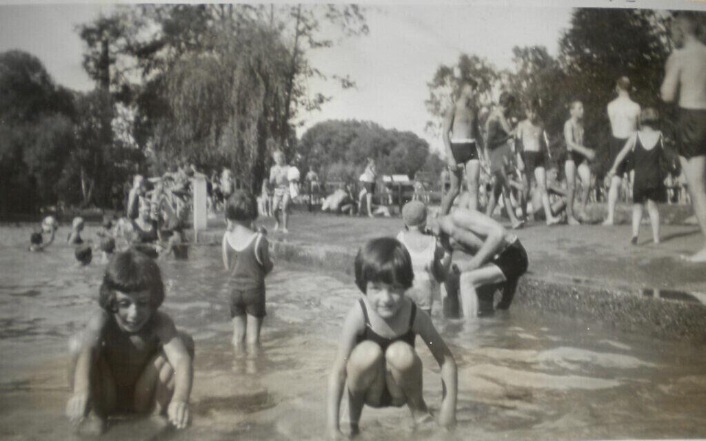 Edgar Feuchtwanger (à droite) se baignant dans un parc de Munich avec sa demi-sœur Dorle, 1929. (Autorisation)