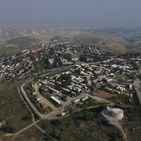 Une vue de l'implantation de Maale Efraim en Cisjordanie sur les collines de la vallée du Jourdain, le 18 février 2020. (Crédit : AP/Ariel Schalit)