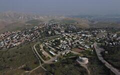 Une vue de l'implantation de Maale Efraim en Cisjordanie sur les collines de la vallée du Jourdain, le 18 février 2020 (Crédit : AP/Ariel Schalit)