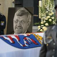 Dans cette photo d'archives du 13 juin 2019, une photo de Walter Luebcke est disposée derrière son cercueil lors de  ses funérailles à Kassel, en Allemagne. (Crédit : Swen Pfoertner / dpa via AP)