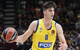 Deni Avdija du Maccabi Tel Aviv en possession du ballon pendant le match de  basket entre l'Olimpia Milan et le Maccabi Fox Tel Aviv, à Milan, en Italie, le 19 novembre 2019 (Crédit : AP Photo/Antonio Calanni)