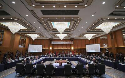Les ministres des Affaires étrangères se réunissent pour la session plénière lors de la rencontre des ministres des Affaires étrangères du G20 le samedi 23 novembre 2019 à Nagoya au Japon. (AP Photo/Eugene Hoshiko)