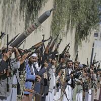 Des partisans loyaux aux rebelles houthis scandent des slogans en brandissant des armes lors d'un rassemblement visant à mobiliser plus de combattants pour le mouvement Houthi à Sanaa, au Yémen, le 25 février 2020. (Crédit : AP Photo/Hani Mohammed)