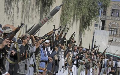 Des partisans loyaux aux rebelles houthis scandent des slogans en brandissant des armes lors d'un rassemblement visant à mobiliser plus de combattants pour le mouvement Houthi à Sanaa, au Yemen, le mardi 25 février 2020. (AP Photo/Hani Mohammed)