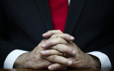 Les mains du Premier ministre Benjamin Netanyahu alors qu'il préside la réunion hebdomadaire du cabinet à Jérusalem, le 8 mars 2020 (Crédit : AP Photo/Oded Balilty, Pool)