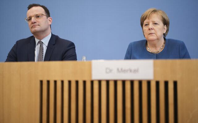 La chancelière allemande Angela Merkel, à droite, et le ministre de la Santé Jens Spahn assistent à une conférence de presse sur l'épidémie de coronavirus en Allemagne, à Berlin, le mercredi 11 mars 2020. (Crédit : AP / Markus Schreiber)