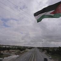 Les rues de la capitale jordanienne sont vides après le début du couvre-feu national, en pleine épidémie du COVID-19 à Amman en Jordanie, la samedi 21 mars 2020. (AP Photo/Raad Adayleh)