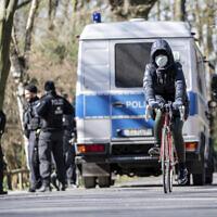 Illustration : La police allemande patrouille pour s'assurer que les réglementations relatives à la distanciation sociale sont respectées dans le cadre de la lutte contre l'épidémie de coronavirus à Berlin, en Allemagne, le lundi 23 mars 2020. (Crédit : Michael Kappeler / DPA via AP)