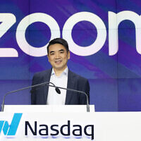 FICHIER - Dans cette photo du 18 avril 2019, le PDG de Zoom, Eric Yuan, assiste à l'ouverture au Nasdaq alors que son entreprise organise son introduction en bourse à New York. (Crédit : AP / Mark Lennihan, dossier)
