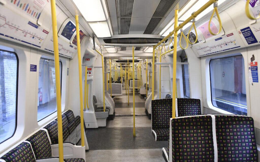 Une ligne de métro presque déserte pendant le confinement dû à la propagation du coronavirus à Londres, le 31 mars 2020 (Crédit :  AP Photo/Alberto Pezzali)