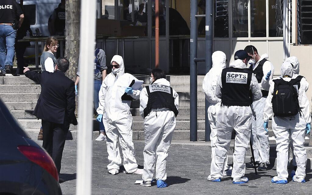 Des officiers de police mènent l'enquête après qu'un homme armé d'un couteau a attaqué les résidants sortis faire des courses en plein confinement le samedi 4 avril 2020 à Romans-sur-Isere, dans le sud de la France. (AP Photo)
