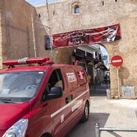 Photo d'illustration : Une ambulance à Rabat, au Maroc, le 7 avril 2020 (Crédit : AP Photo/Mosa'ab Elshamy)