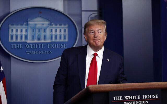 Le président Donald Trump quitte la Maison Blanche à la fin d'un briefing sur le coronavirus dans la salle de presse James Brady, le 22 avril 2020, à Washington. (Crédit : AP Photo/Alex Brandon)