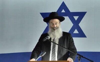Le maire de Bnei Brak Avraham Rubinstein pendant une cérémonie de Yom HaZikaron, le 27avril 2020. (Crédit : Ynet)