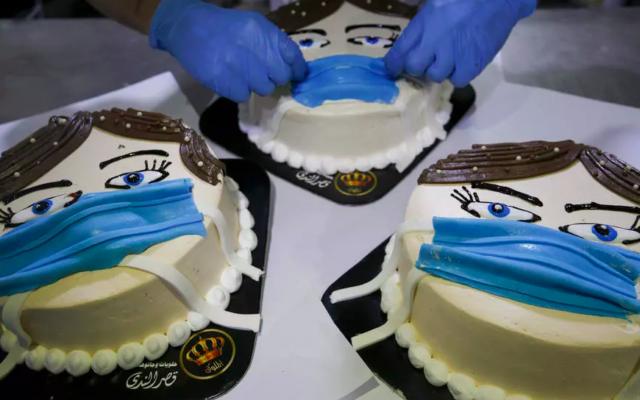 """Le """"corona cake"""" par un pâtissier de la bande de Gaza. (Crédit : MOHAMMED ABED AFP/File)"""