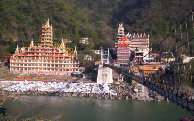 Rishikesh, capitale mondiale du yoga, vue du pont Lakshman, dans l'Himalaya. (Crédit : meg and rahul—Flickr / CC BY 2.0)