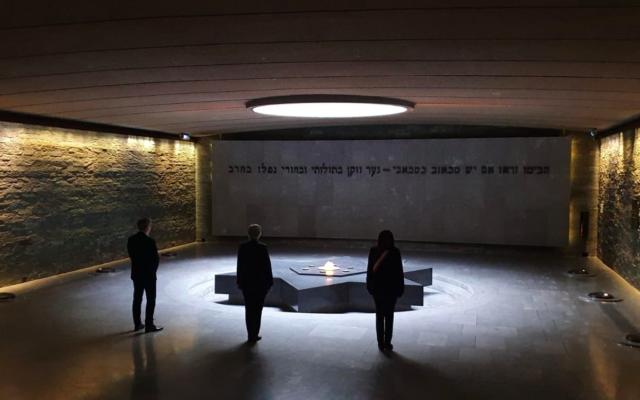 Anne Hidalgo, la maire de Paris, au mémorial de la Shoah de la capitale, le 26 avril 2020, lors de la Journée nationale du souvenir de la déportation. (Crédit : Anne Hidalgo / Twitter)