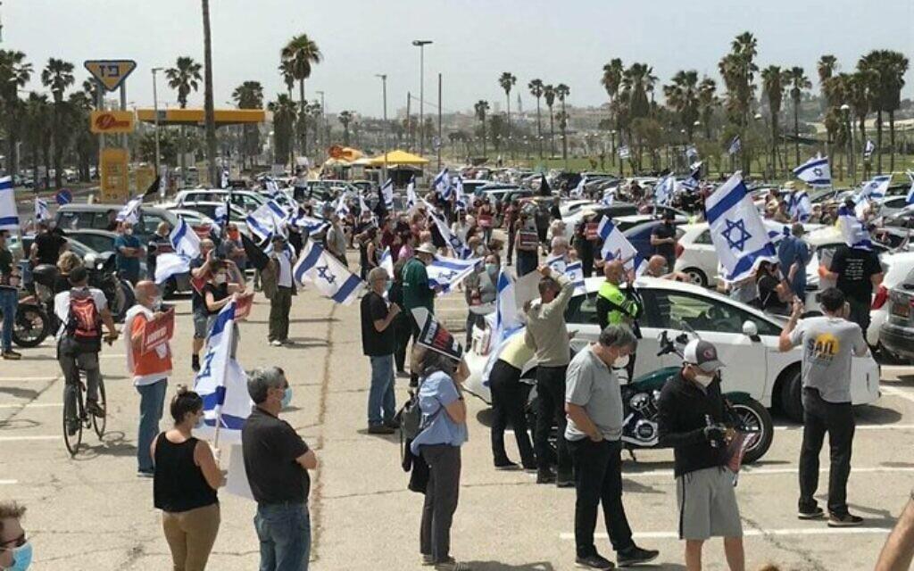 Des centaines de personnes lors d'une manifestation au delphinarium de Tel Aviv, le 24 avril 2020, contre le nouveau gouvernement et sa taille. (Crédit : @Or9uTUMESQcdtK9 / Twitter)
