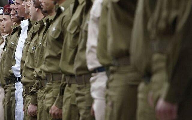 Des soldats israéliens au garde-à-vous lors d'une cérémonie. (Crédit : Miriam Alster/Flash90)