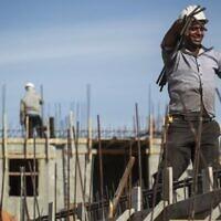 Des ouvriers palestiniens sur un chantier de construction de nouvelles résidences d'appartement dans le quartier juif de   Har Homa, à Jérusalem-Est, le 28 octobre 2014 (Crédit : Hadas Parush/Flash90)