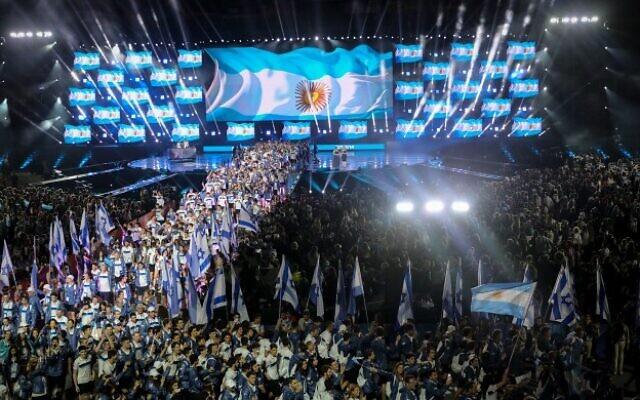 Les athlètes juifs participent aux 20è Maccabiades en brandissant leur drapeau national lors de la cérémonie d'ouverture de l'événement à Jérusalem, le 6 juillet 2017 (Crédit : Yonatan Sindel/Flash90)