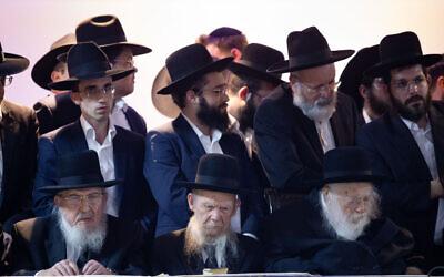Le rabbin Chaim Kanievsky (devant à droite) et le rabbin Gershon Edelstein (devant au centre) a un rassemblement de Yahadaout HaTorah, pour soutenir le candidat Moshe Lion aux élections municipales de Jérusalem, le 25 octobre 2018. (Crédit : Aharon Krohn/Flash90)