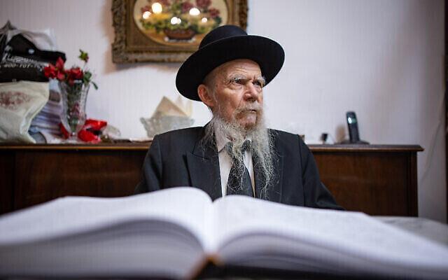 Le Rabbi Gershon Edelstein, directeur de la yeshiva Ponovitz, chez lui après avoir allumé les bougies le quatrième soir de Hanoukkah, à Bnei Brak, le 5 décembre 2018. (Crédit : Aharon Krohn/Flash90)
