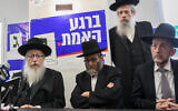 Le ministre de la Santé Yaakov Litzman, à gauche, lors de l'ouverture d'un événement de campagne électorale du parti YaHadout HaTorah à Bnei Brak, le 30 mai 2019 (Crédit : Flash90)