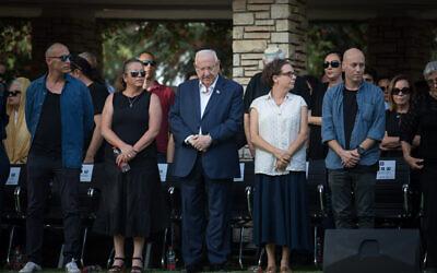 Le président Reuven Rivlin, au centre, et ses enfants pendant les funérailles de son épouse Nehama Rivlin au cimetière du mont Herzl, le 5 juin 2019 (Crédit : Hadas Parush/Flash90)