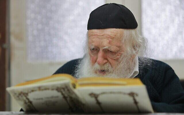 Le rabbin Chaim Kanievsky chez lui à Bnei Brak, le 26 décembre 2019. (Yaakov Nahumi/Flash90)