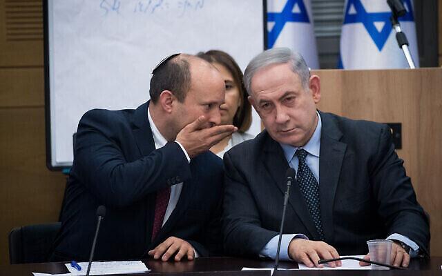 Le ministre de la Défense Naftali Bennett (à gauche) s'entretient avec le Premier ministre Benjamin Netanyahu lors d'une réunion avec les dirigeants des partis de droite à la Knesset à Jérusalem, le 4 mars 2020. (Yonatan Sindel/Flash90)