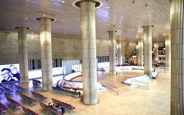 Le hall d'arrivée vide de l'aéroport international Ben Gurion, le 11 mars 2020. (Crédit : Flash90)