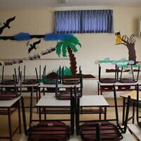 Des chaises sont placées sur les bureaux d'une salle de classe d'une école fermée de la ville de Safed, dans le nord du pays, le 13 mars 2020, en pleine pandémie de coronavirus. (David Cohen/Flash90)