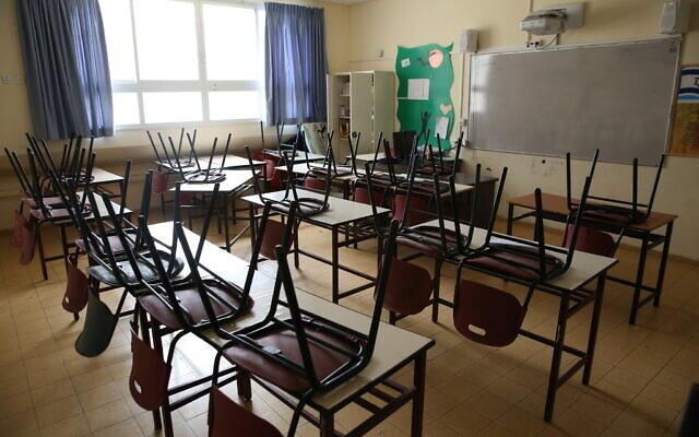 Illustration : Une école fermée dans la ville de Safed, au nord d'Israël, le 13 mars 2020. (David Cohen/Flash90)