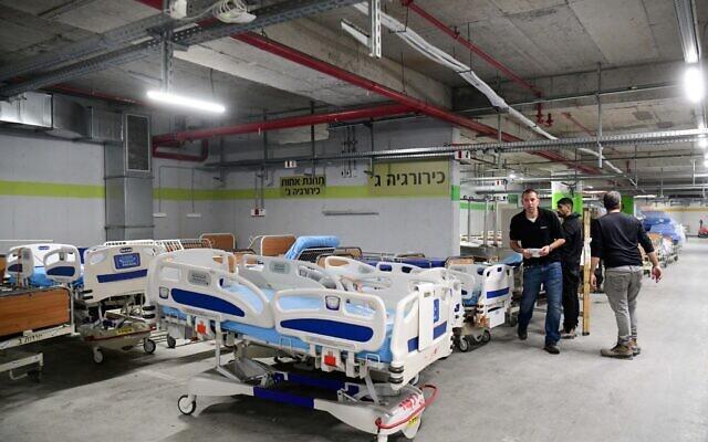 Des employés préparent de nouvelles unités suite à la propagation de la pandémie de coronavirus au centre médical Sheba de Ramat Gan, le 17 mars 2020 (Crédit : Flash90)