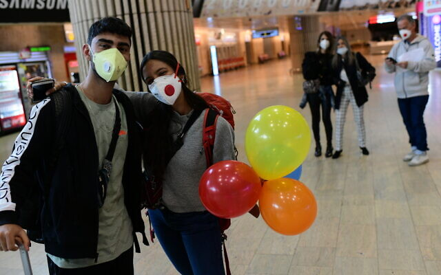 Des voyageurs israéliens bloqués en Amérique du Sud arrivent à l'aéroport Ben Gurion, le 23 mars 2020 (Crédit : Tomer Neuberg/Flash90)