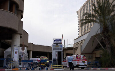 Une ambulance Magen David Adom à l'hôtel Dan Panorama de Tel Aviv, qui a été transformé en établissement de quarantaine, le 26 mars 2020. (Gili Yaari /Flash90)