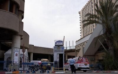 Une ambulance Magen David Adom à l'hôtel Dan Panorama de Tel Aviv, qui a été transformé en établissement de quarantaine, le 26 mars 2020. (Gili Yaari /Flash90)