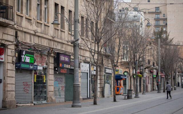 Les magasins fermés de la rue Jaffa, à Jérusalem, le 26 mars 2020. (Crédit : Yonatan Sindel/Flash90)