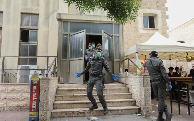 Des policiers à Beit Shemesh pour faire respecter les règles de distanciation sociale le 31 mars 2020.