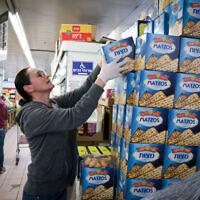 Une femme achète de la matzah dans un supermarché de Jérusalem, le 31 mars 2020. (Crédit : Yossi Zamir/Flash90)